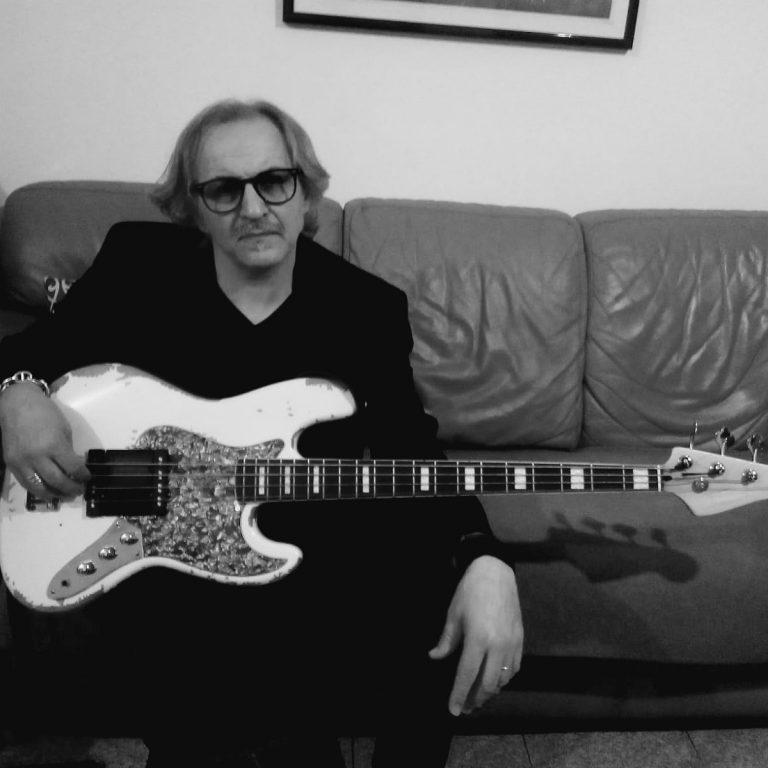 Agostino Marino, bassista che ha collaborato con un numero impressionante di artisti italiani.
